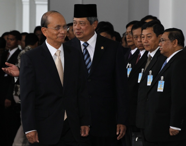 Myanmar Prime Minister Thein Sein walks with Indonesian President Susilo Bambang Yudhoyono after a welcoming ceremony at the Merdeka Palace in Jakart