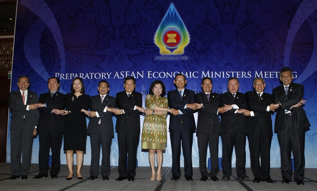 ASEAN leaders pose during a photo session at the opening of the Economic Ministerial Meeting at the 18th ASEAN Summit in Jakarta