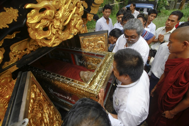 Former movie star Kyaw Thu helps to place the body of famous Buddhist monk Bhadanta Kovida into a hearse in Nyein Chan Yae monastery in Yangon