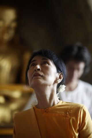 Pro-democracy leader Aung San Suu Kyi and her son Kim Aris visit the ancient Thatbyinnyu Pagoda in Bagan
