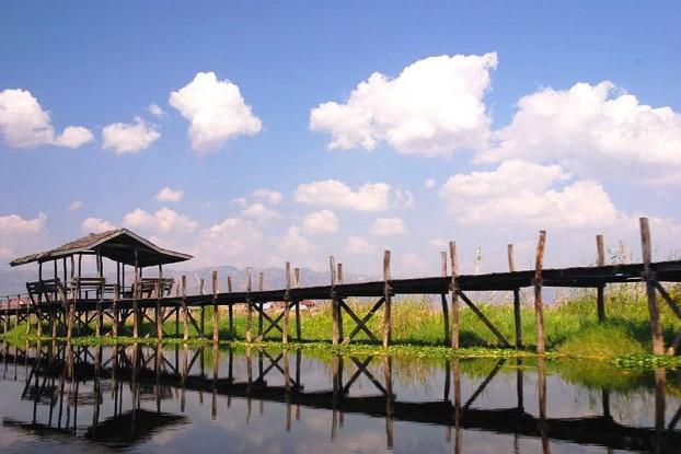 800px-Wooden_bridge_connecting_islands