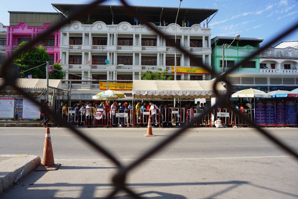 An immigration queue on the Thai side of the Thai-Burma border. (Photo: Wenying Seah/DVB)