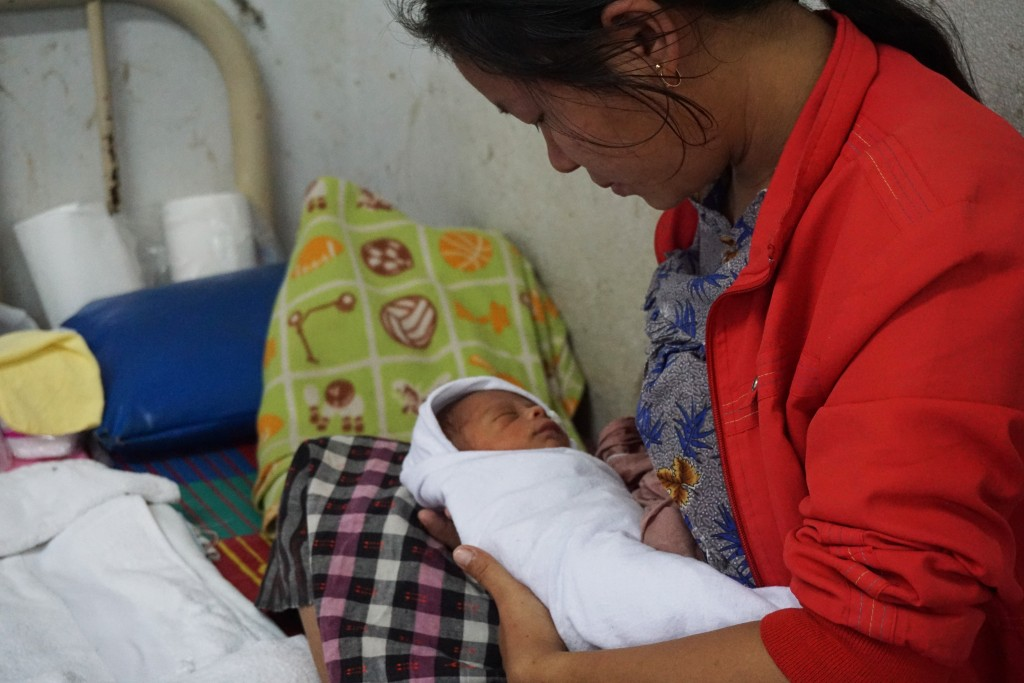 Burmese mother with her newborn at the maternity ward. (Photo: Wenying Seah/DVB)