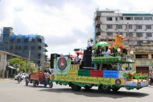 A USDP float in Mandalay helps mark the start of the election campaign period on 8 September 2015. (PHOTO: DVB)