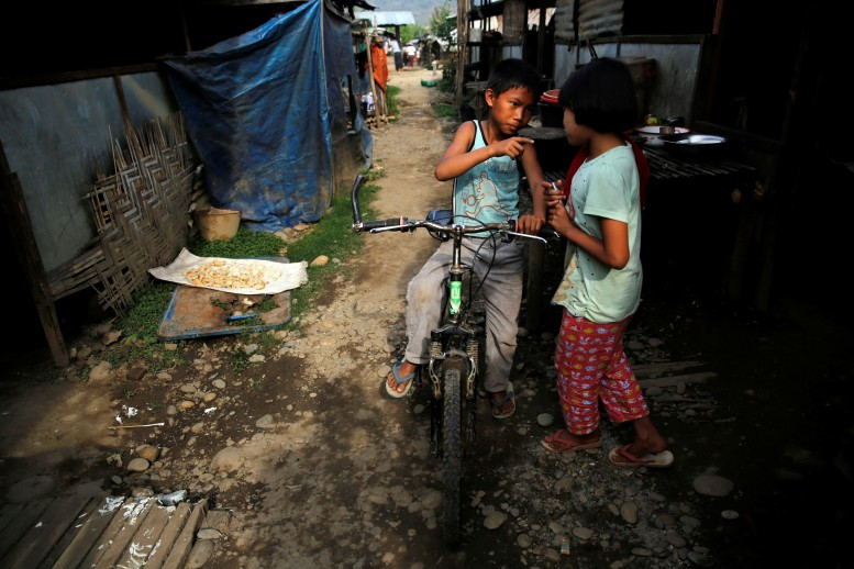 Suu Kyi pledges schooling for children from Kachin IDPs camps