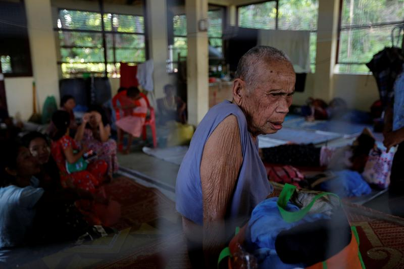 Army chief urges Arakan's internally displaced to return home