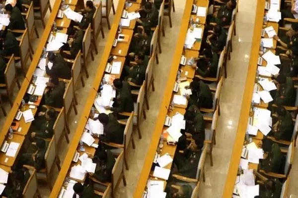 The freshly reconvened parliament has formally approved an increase of their own wages (Photo: DVB)