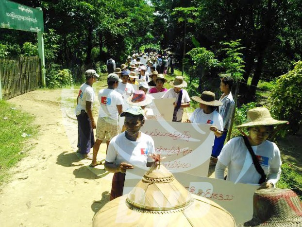 Farmers from Pantanaw Township rally, demanding the return of land they claim to have been confiscated in 1999-2000. (PHOTO: DVB).