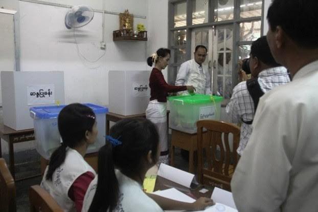 Suu Kyi votes