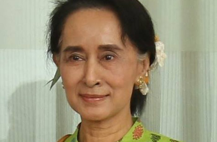 Suu Kyi calls for investment in post-sanctions Burma