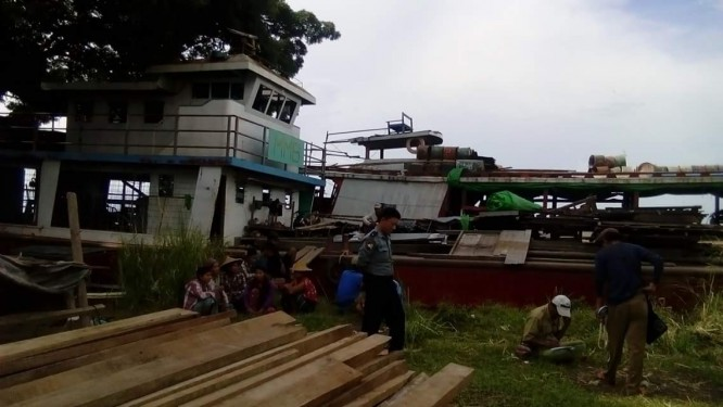 Forestry Dept seizes 10 tons of timber from boat in Katha